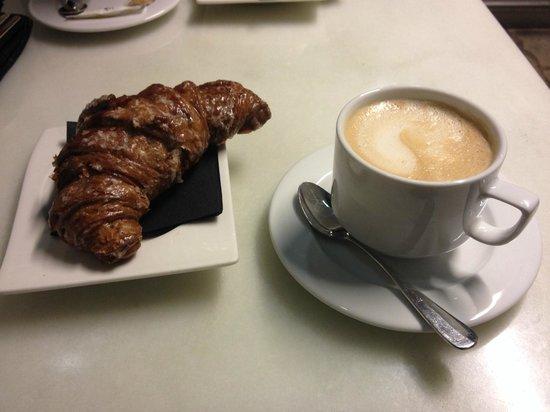 Pastisseria Hofmann: Mascarpone Croissant + Café con leche