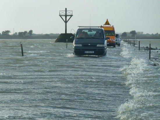 Barbatre, Francúzsko: en face, les voitures passent alors qu'il reste de l'eau