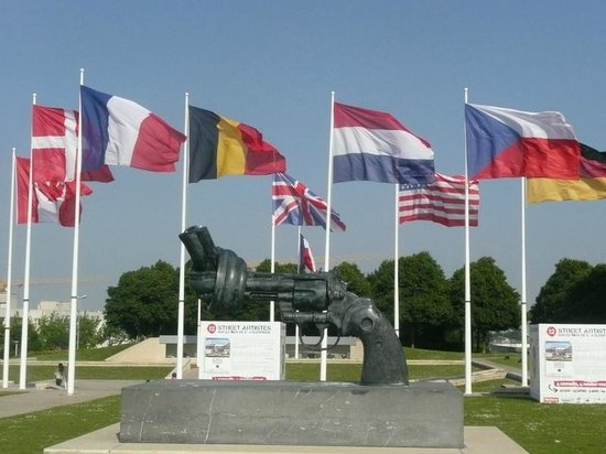 Mémorial de Caen : Devant le memorial