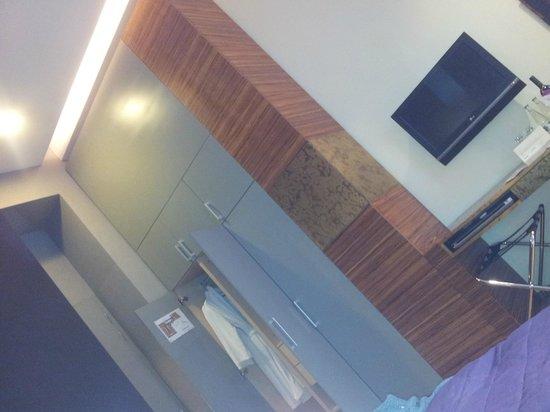 The ICON Hotel & Lounge : vista della camera dal letto