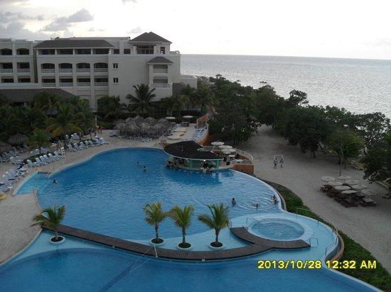 Iberostar Rose Hall Beach Hotel: vue sur la piscine depuis notre terrasse privée