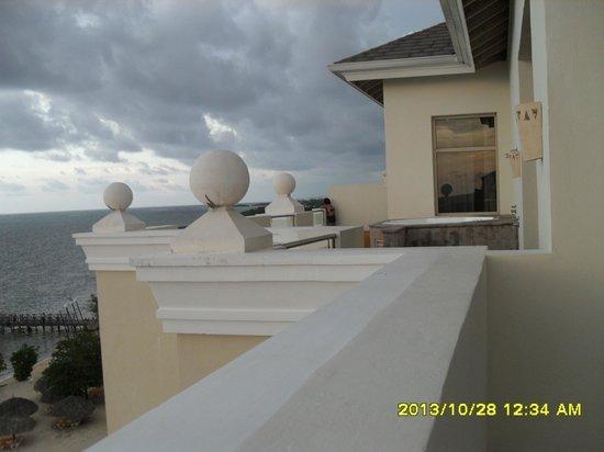 Iberostar Rose Hall Beach Hotel: notre terrasse privée avec jacuzi