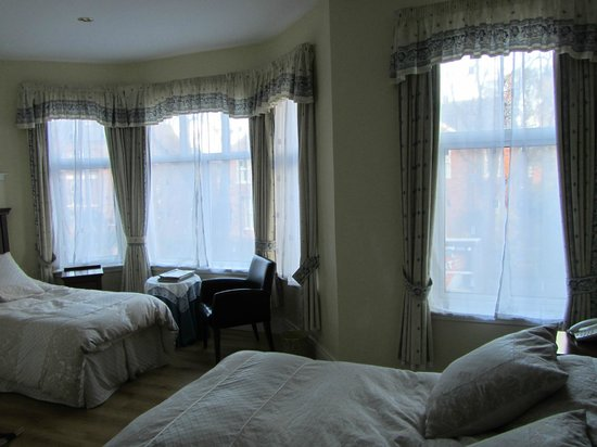 Avenue Guest House: larger room on the 1st floor