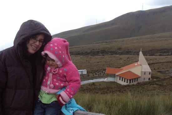 Teleferico Quito: Mi hija y mi nieta en la cumbre del cerro Cruz Loma.