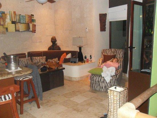Maya Villa Condo Hotel & Beach Club: 2nd floor living area of 2 story condo (3br 3 bath)