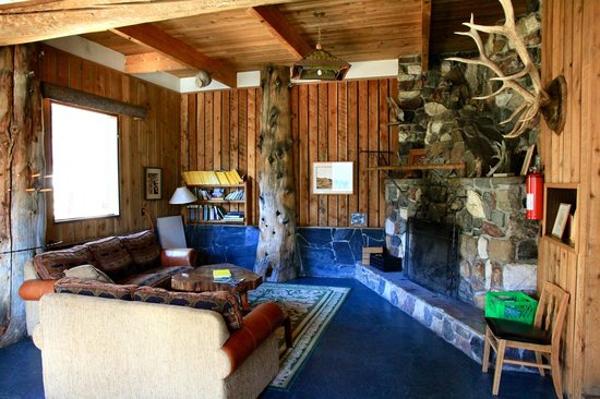 Cathedral Lakes Lodge: Lodge living room