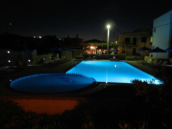 Alkion Hotel: widok z pokoju na sąsiedni basen