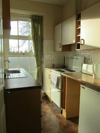 Breezemount Manor: kitchen