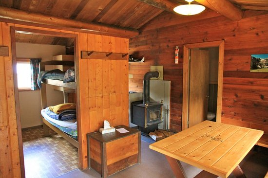 Cathedral Lakes Lodge: Inside lakeview cabin