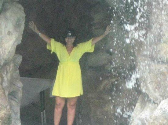 Tropicana Aruba Resort & Casino: En la Gruta donde cae la cascada de la piscina