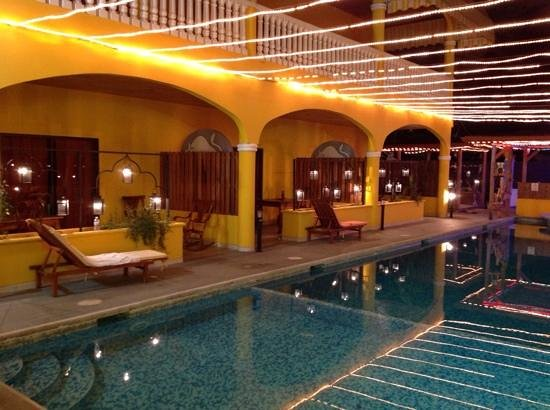Toro Blanco Resort: pool side at night
