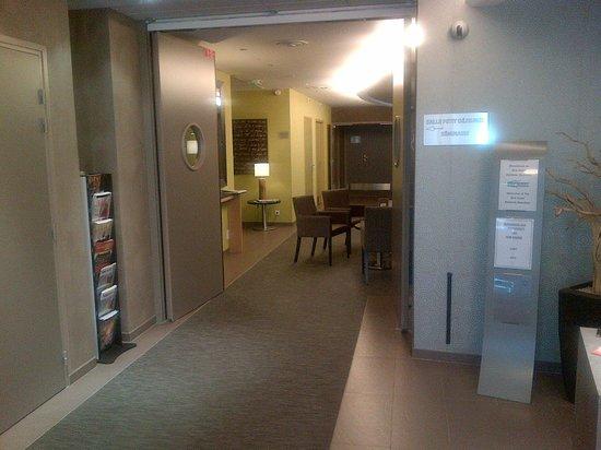 Brit Hotel Atalante Beaulieu : couloir d'entrée Hôtel