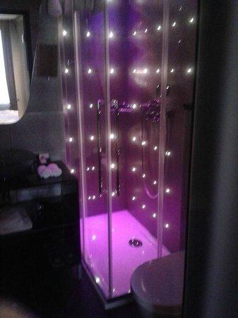 Platine Hotel: The shower :)