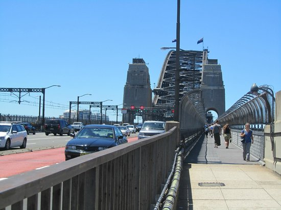 Pylon Lookout at Sydney Harbour Bridge: Across the bridge to the pylon