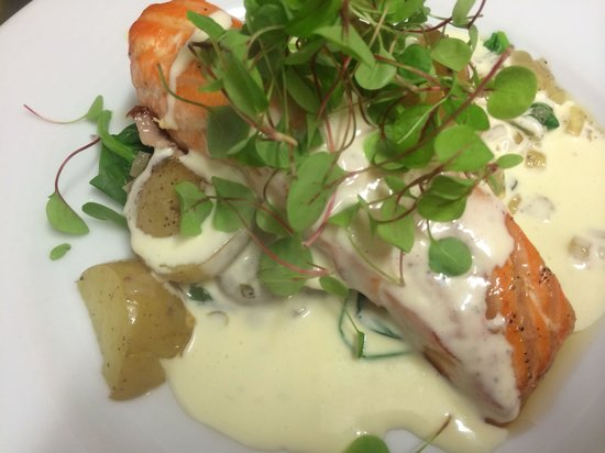 Cheyne Lane Bistro: Salmon fillet and spinach with tartare ,