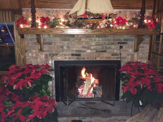Snapper Inn: Roaring fireplace
