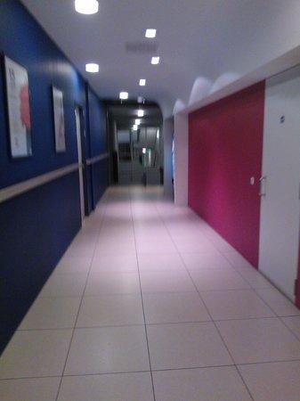 Ibis Amsterdam Centre Stopera : Corridoio che porta agli ascensori