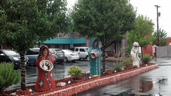 Sandia Peak Inn Motel : Attractive Parking Lot & Grounds
