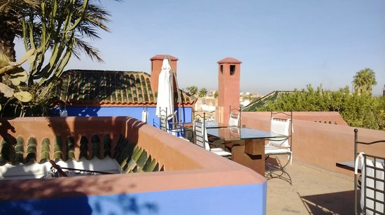 Riad Farnatchi: Breakfast on the outdoor rooftop terrace