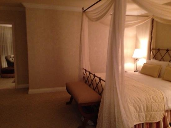 The Beverly Hills Hotel : Bed in room 259 with door way to living area
