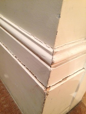The Tophams Hotel Belgravia: Chipped skirting