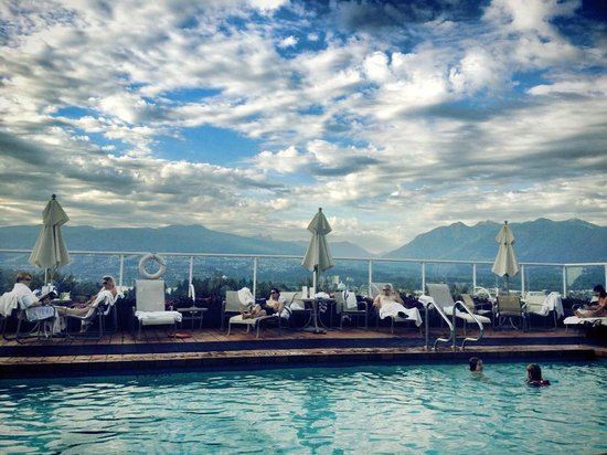 Pan Pacific Vancouver: Outdoor pool looking out to the harbor and mountains.