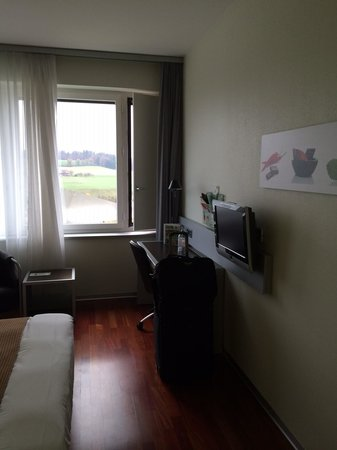Holiday Inn Bern-Westside: TV Desk area