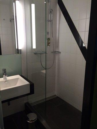 Holiday Inn Bern-Westside: shower