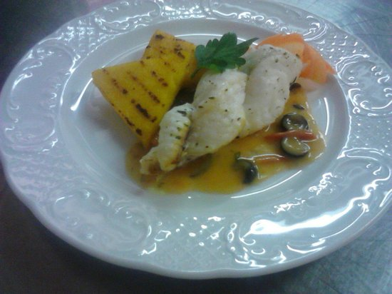 Hotel De Matie : Treccia di rana pescatrice su salsa di peperoni e timballetto di polenta alla griglia
