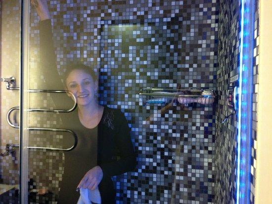 Dharma Hotel & Luxury Suites: Steambath Shower in Jr. Suite