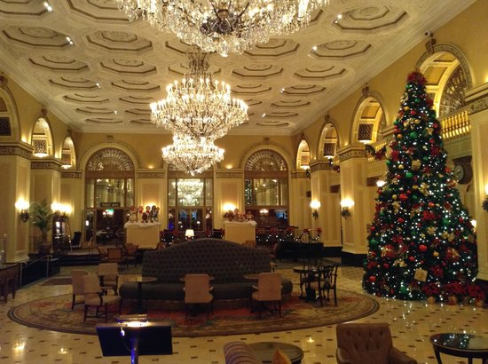Omni William Penn Hotel : Lobby decorated for the holidays