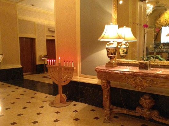 Omni William Penn Hotel: lobby Menorah during Chanukah