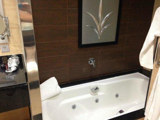 Hotel Riu Palace Macao: Bath tub