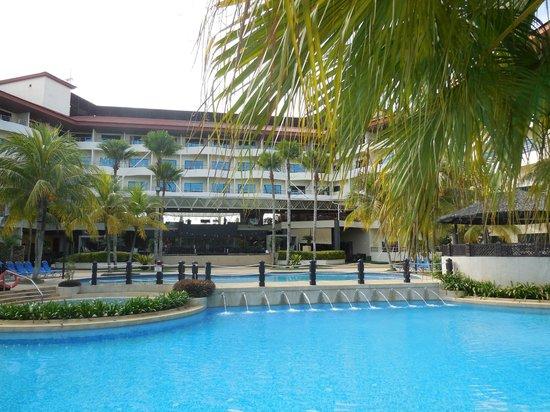 สวิสการ์เดน บีช รีสอร์ท กวนตัน: Lovely big swimming pool