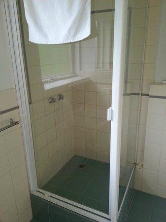 City Edge Apartment Hotel East Melbourne - Albert: Shower