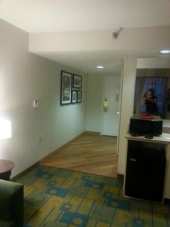 La Quinta Inn & Suites Milwaukee Bayshore Area: Entry area leading into living room