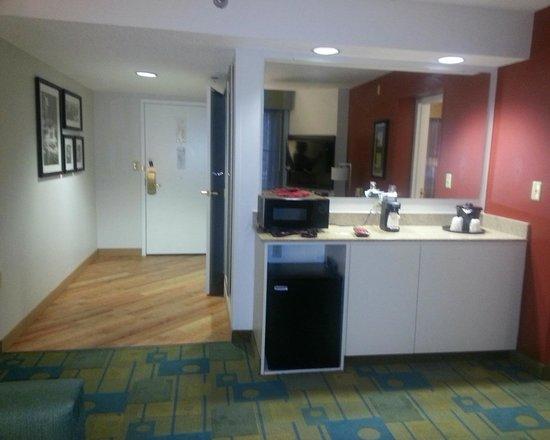 La Quinta Inn & Suites Milwaukee Bayshore Area: Foyer leading into living area.  Microwave and fridge