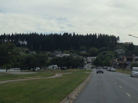 Wanaka Lakeview Holiday Park: Wanaka lake road and town