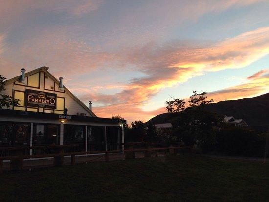 Wanaka Lakeview Holiday Park: Cinema Paradiso at sunset
