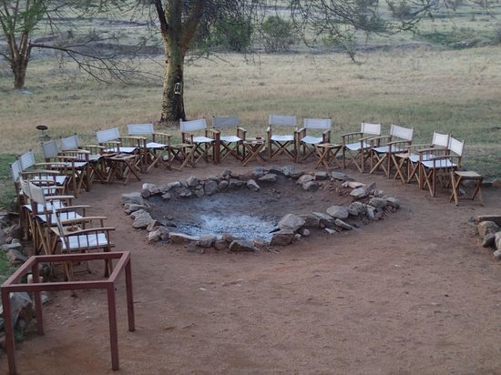Mara Bushtops: The campfire where pre-dinner drinks are enjoyed