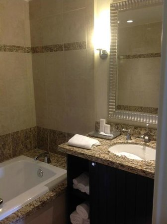 Huntley Santa Monica Beach: Nice quality= separate bath/shower area