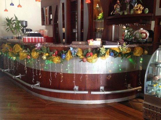 Nueva decoracion para navidad picture of restaurante - Decoracion de navidad para oficina ...