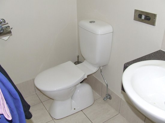 Citywalk Motor Inn Rockhampton: the bathroom