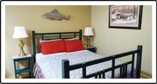 Norwood Inn: Deluxe Queen Room - Queen and Twin Beds