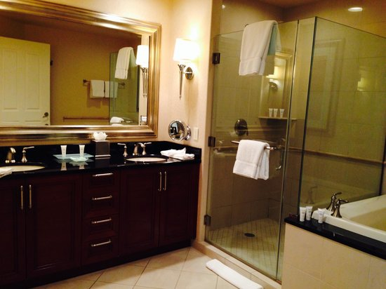 Signature at MGM Grand: Spacious Bathroom