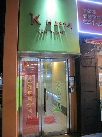 K Hostel: 大門