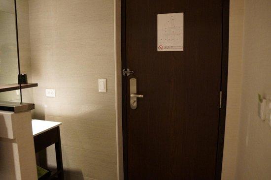 Hotel Puri: Door and wash basin