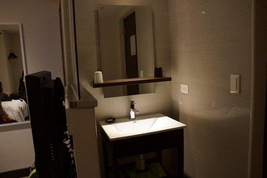 Hotel Puri: Basin was right beside the door