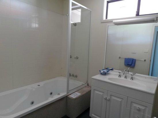 Beachhouse Mollymook: Bathroom