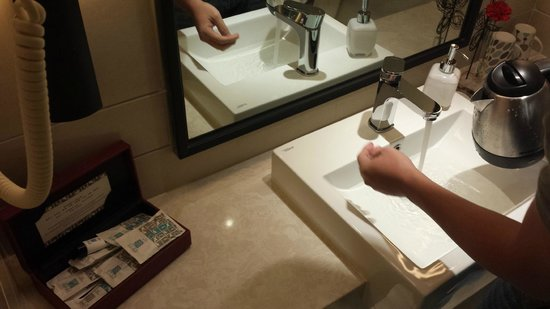 SSAW Boutique Hotel Shanghai Bund: Wash basin and countertop